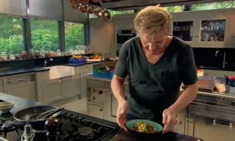Ο Gordon Ramsay φτιάχνει τα πιο νόστιμα noodles με κοτόπουλο