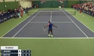 Τένις: Παίκτης έσπασε τη ρακέτα στο γόνατό του μετά από κακό χτύπημα!