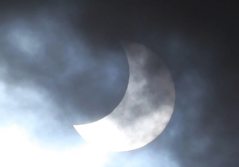 Έκλειψη Ηλίου: Από τη... συντέλεια στο μοναδικό θέαμα (photos-videos)