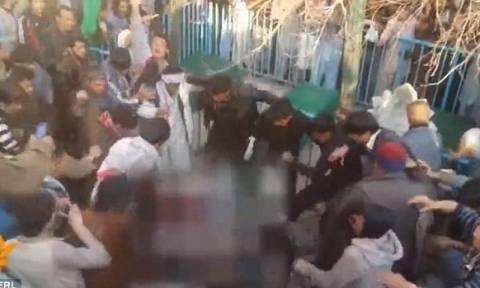 Αφγανιστάν: Λίντσαραν μέχρι θανάτου γυναίκα επειδή έκαψε το Κοράνι (video)
