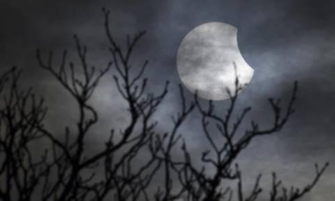 Έκλειψη ηλίου: Δείτε τις εντυπωσιακές φωτογραφίες (photos)