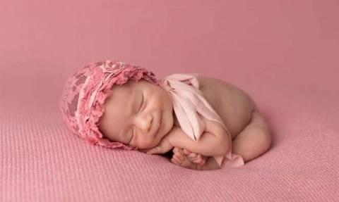 Πόσο τρυφερό: Μωράκια χαμογελούν την ώρα που κοιμούνται