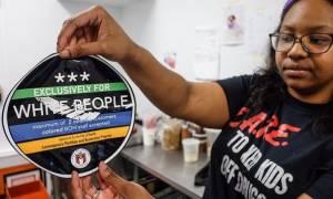«Μόνο για λευκούς»: Το αυτοκόλλητο που προκάλεσε σάλο στις ΗΠΑ (video)
