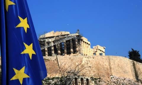 Bloomberg: 10 δισ. ευρώ κάτω από τα στρώματα των Ελλήνων