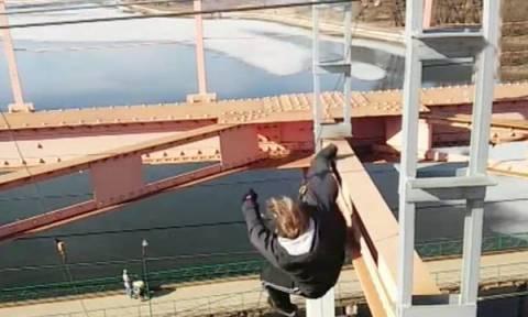 Σοκαριστικό video: 14χρονος πέφτει στο κενό από γέφυρα 30 μέτρων!
