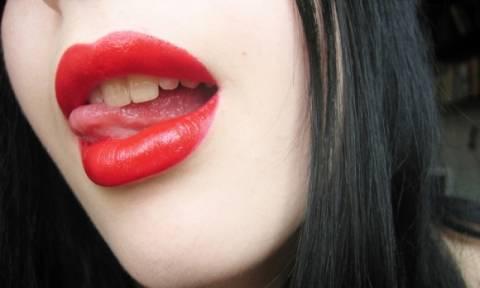 Πώς μπορείτε να έχετε κατακόκκινα χείλη με φυσικό τρόπο