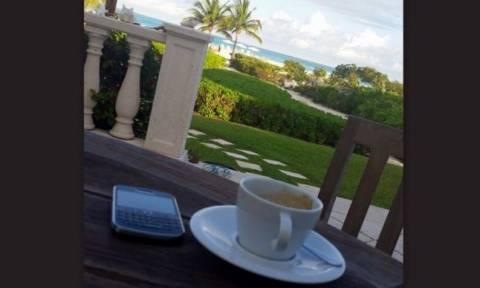 Πασίγνωστη ηθοποιός απολαμβάνει τον καφέ στον «μαγευτικό» της κήπο