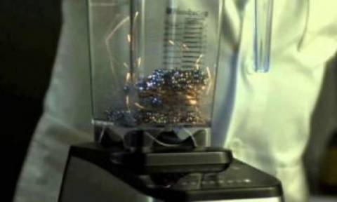 Μοναδικό: Τι συμβαίνει όταν βάζεις μερικούς μαγνήτες μέσα σε ένα μπλέντερ;