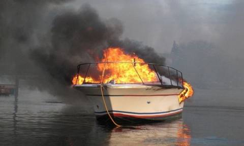 Στις φλόγες από άγνωστη αιτία τουριστικό σκάφος στον Φλοίσβο