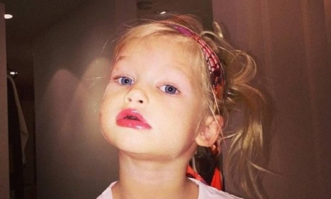 Είναι μόλις 2 ετών και βάφεται όπως η διάσημη μαμά της