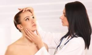 Κεγχρίο: Πού οφείλεται και πώς αφαιρείται η κύστη στο πρόσωπο