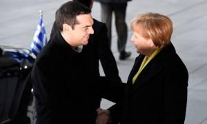 Με το αριστερό ο Τσίπρας, με το... δεξί η Μέρκελ (photos)