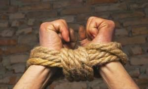 Δράμα: Έδεσαν 18χρονη στην αυλόπορτα - Σύλληψη πατέρα και γιου