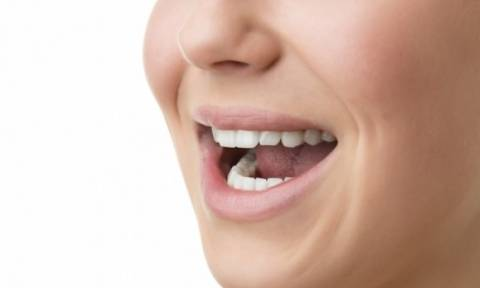 Ερπητική στοματίτιδα: Πού οφείλεται και πώς θα την αντιμετωπίσετε