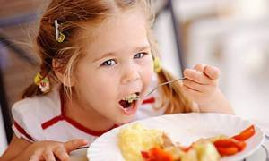 Οικογενειακή έξοδος την 25η Μαρτίου: Τι μπορεί να φάει ένα μωρό κι ένα παιδί;