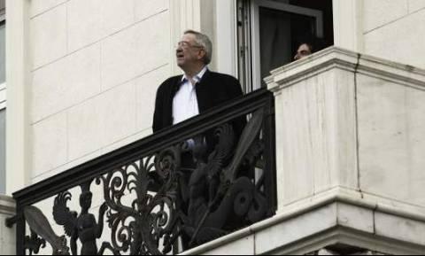 Ο τέως βασιλιάς είδε την παρέλαση από μπαλκόνι ξενοδοχείου στο Σύνταγμα