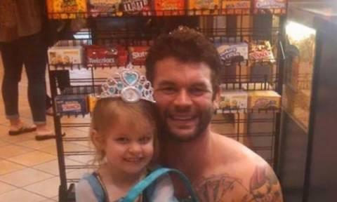 Αυτή η μικρή φοβόταν να φορέσει τη στολή της πριγκίπισσας και ο θείος της τη βοήθησε!