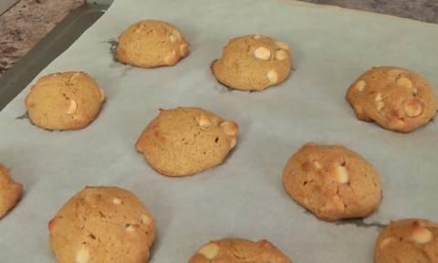Η τέλεια συνταγή για μπισκότα με λευκή σοκολάτα: Σας προκαλούμε να τους αντισταθείτε