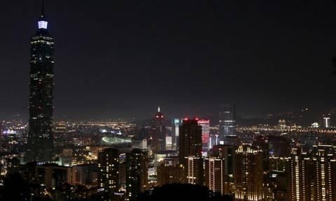 Η «Ωρα της Γης» έφτασε: Στο σκοτάδι 7000 πόλεις (video)