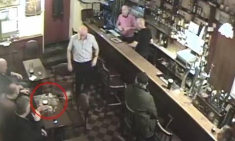 Φάντασμα (;) ανατινάζει μπύρα σε παμπ! (video)