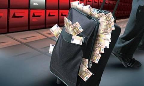 Bloomberg: Oι εκροές καταθέσεων άγγιξαν τα 3 δισ. τον Μάρτιο