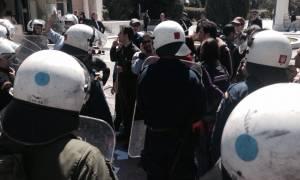 Αντιεξουσιαστές εισέβαλαν στο προαύλιο της Βουλής (Video και Photos)
