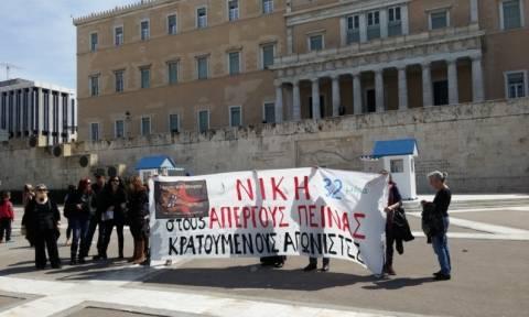 Πανό στον Άγνωστο Στρατιώτη από συγγενείς απεργών πείνας