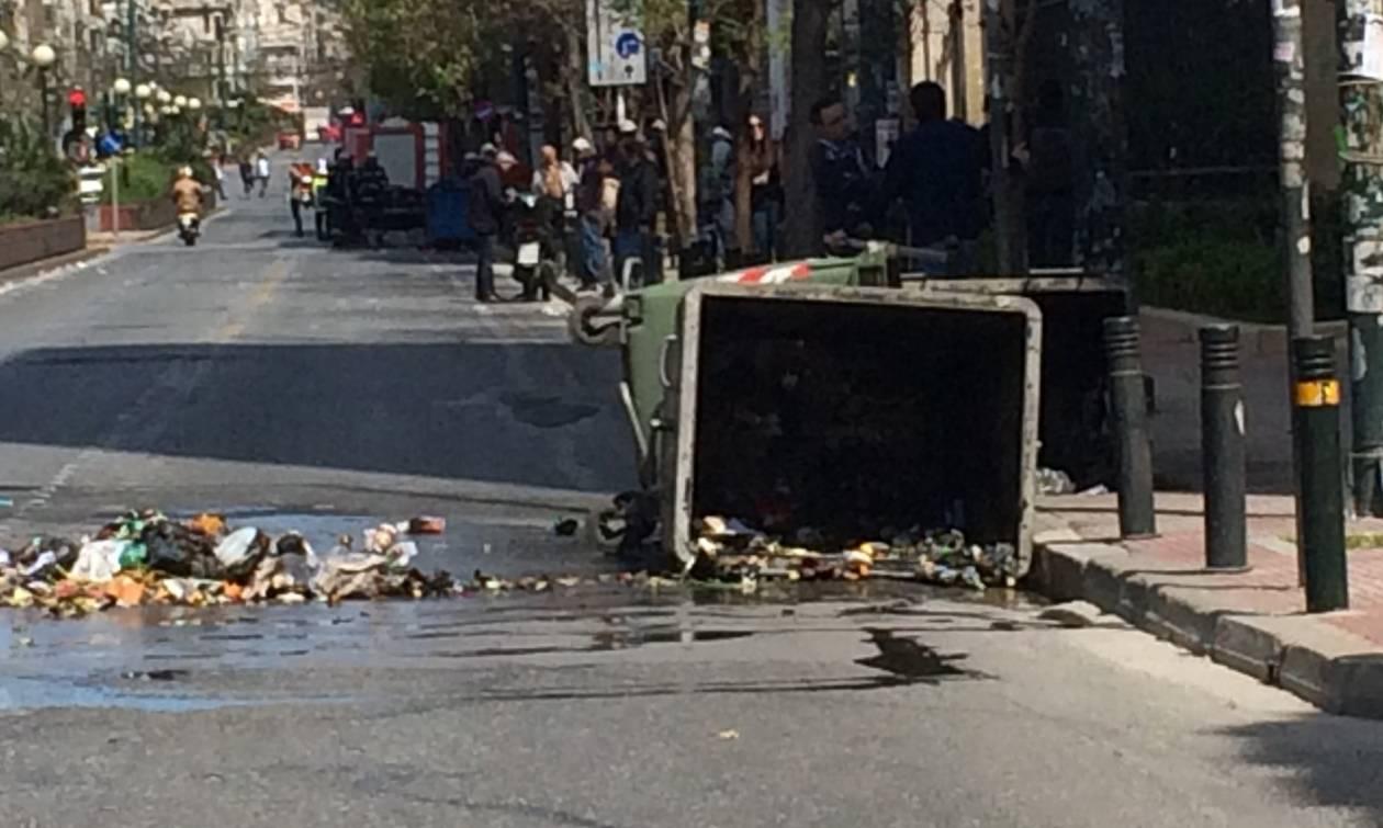 Αντιεξουσιαστές έβαλαν φωτιά σε κάδους έξω από την ΑΣΟΕ