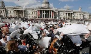 Μαξιλαροπόλεμος στο κέντρο του Λονδίνου (video)