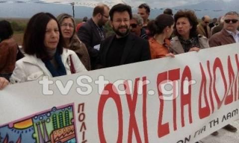 Φθιώτιδα: Βουλευτές του ΣΥΡΙΖΑ και δήμαρχος ανοιξαν τα διόδια (vid&pics)