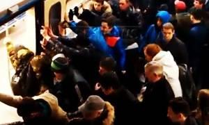 Ρωσία: Επιβάτες απεγκλώβισαν γυναίκα σπρώχνοντας το τρένο (video)