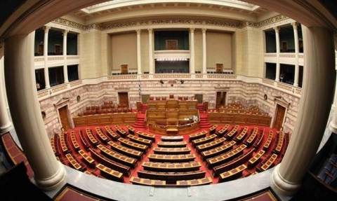 Κατάργηση του «κουκουλονόμου» ζητούν 28 βουλευτές του ΣΥΡΙΖΑ