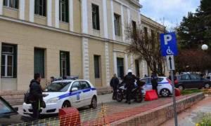 Ναύπλιο: Ρομά επιτέθηκαν σε αστυνομικούς έξω από τα δικαστήρια (video)