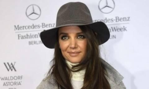 Ποια Alessandra Ambrosio; Η Katie Holmes φοράει καυτό τζιν σορτς και εμείς απορούμε