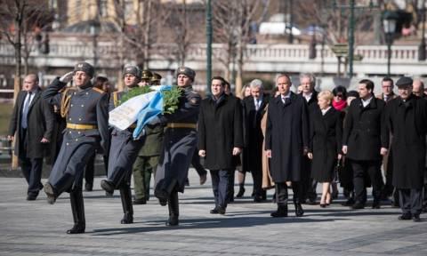 Κατάθεση στεφάνου του Αλ. Τσίπρα στο μνημείο της Αιώνιας Φλόγας στη Μόσχα