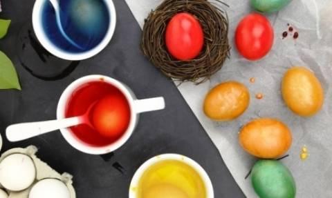Συνταγές για να βάψεις τα αβγά με υλικά από την κουζίνα σου