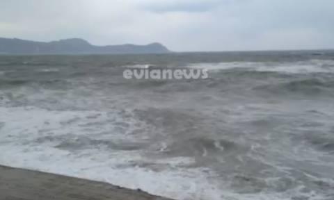 Εύβοια: Θυελλώδεις άνεμοι «σηκώνουν» μεγάλα κύματα