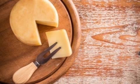 Αγαπάτε το τυρί; Ένα τρικ για να αποφύγετε το φούσκωμα που προκαλεί