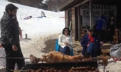 Βασιλίτσα: Σούβλισαν αρνιά και κοκορέτσι στο χιονοδρομικό κέντρο! (vid)