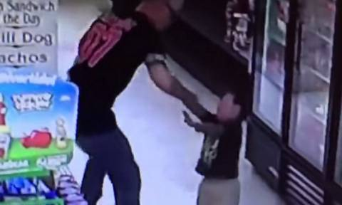 Σάλος με τον άνδρα που γρονθοκοπεί παιδί σε σούπερ μάρκετ (video)
