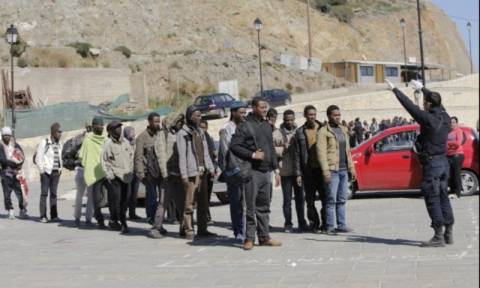 Στην Αθήνα οι μετανάστες της Γαύδου - Την Τρίτη η απολογία των διακινητών τους
