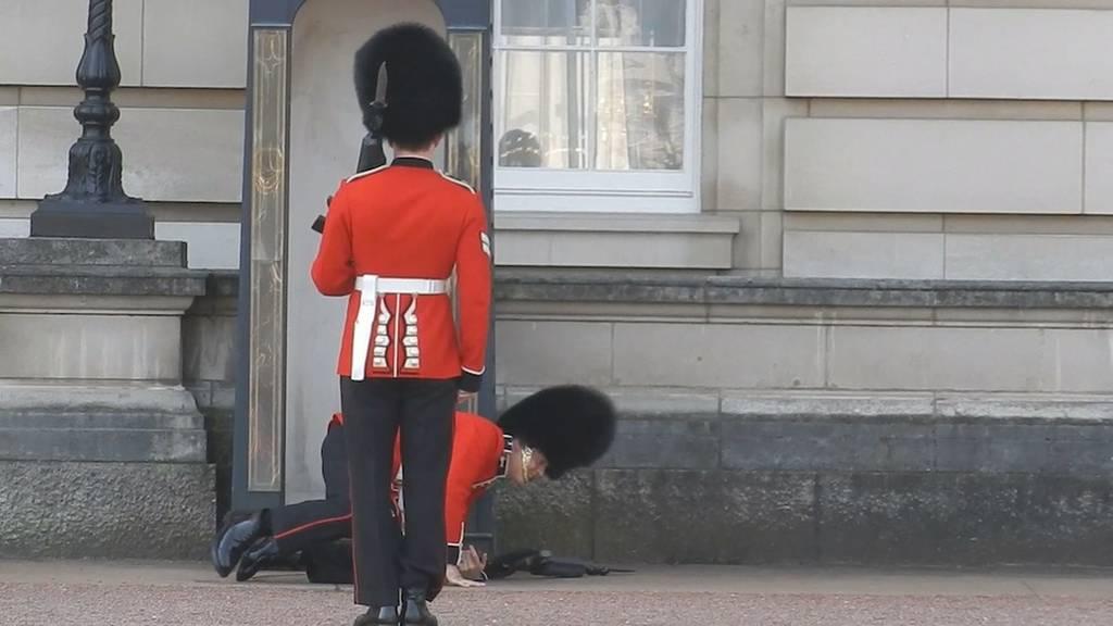 Η… τούμπα του άνδρα της βασιλικής φρουράς (video & pics)