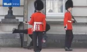 Απίστευτη τούμπα φρουρού στα Ανάκτορα του Μπάκιγχαμ