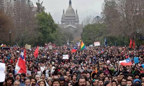Χιλή: Χιλιάδες διαδηλωτές κατέκλυσαν τους δρόμους του Σαντιάγο