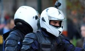 Αστυνομικός με κάμερα στα Προπύλαια κατά τη διάρκεια διαδήλωσης (Video)