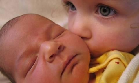 Μοναδικές φωτογραφίες παιδιών που συναντούν πρώτη φορά το νεογέννητο αδελφάκι τους