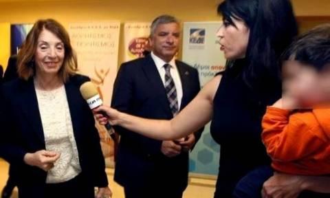 Η στιγμή που δημοσιογράφος του Mega έκανε ρεπορτάζ με το παιδί της στην αγκαλιά