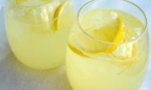 Συνταγή για σπιτική λεμονάδα με 3 υλικά!