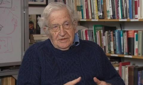 Τσόμσκι: Να διαγραφεί το ελληνικό χρέος όπως διαγράφηκε το γερμανικό το 1953