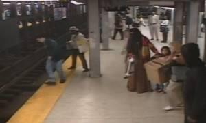 Καλός Σαμαρείτης σώζει άνδρα που πέφτει στις γραμμές του τρένου (video)
